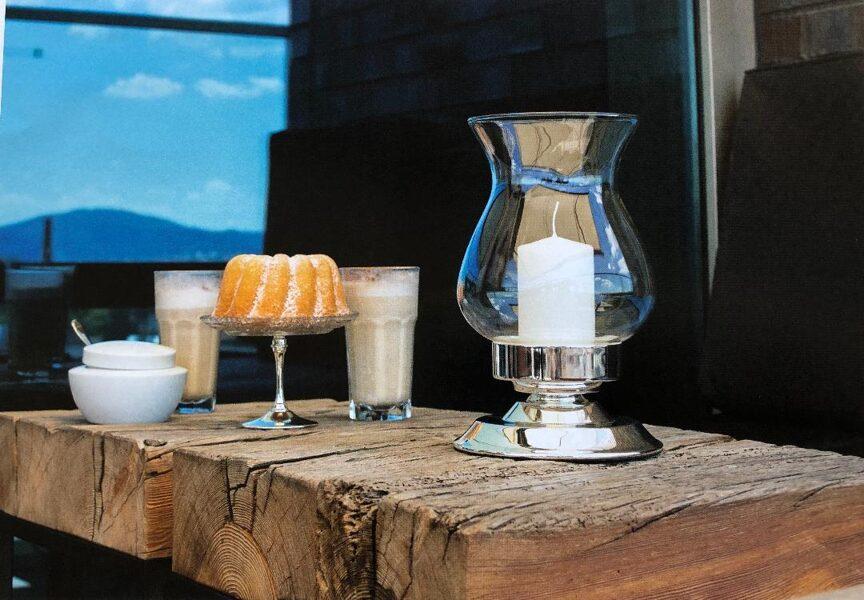 Windlicht / Kerzenhalter mit bauchigem Glas, glatt poliert  Sockel edel versilbert H 25,5 cm